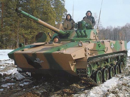 BMD-4M空降战车炮塔集成了100毫米火炮和30毫米机关炮,火力非常强大。