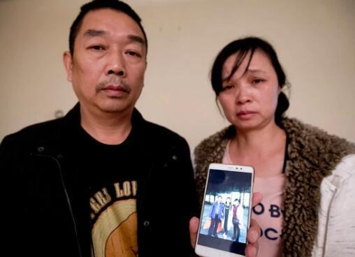 章莹颖父母举着和女儿的合影照片