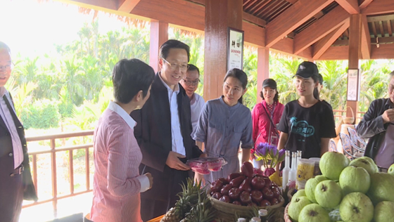 4月9日,海南琼海,农业农村部部长韩长赋在博鳌镇沙美村调研乡村振兴工作。海视界 图