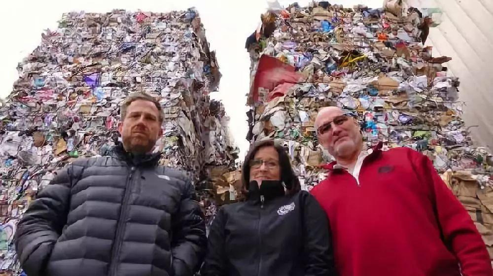 """▲中国的""""禁废令""""让美国的垃圾供过于求。图为俄勒冈一个回收公司的员工站在堆积如山的垃圾前。(美国全国公共广播电台网站)"""