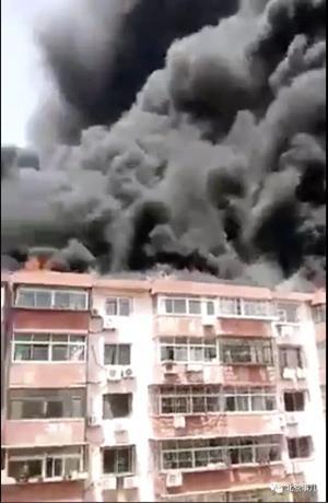 密云花园小区火灾已被扑灭 燃烧物为楼顶油毡