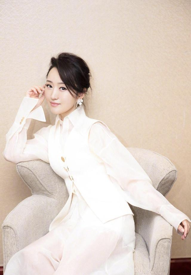 48岁的杨钰莹气质优雅,扎发搭配白色衣服look套装,秒变清纯少女