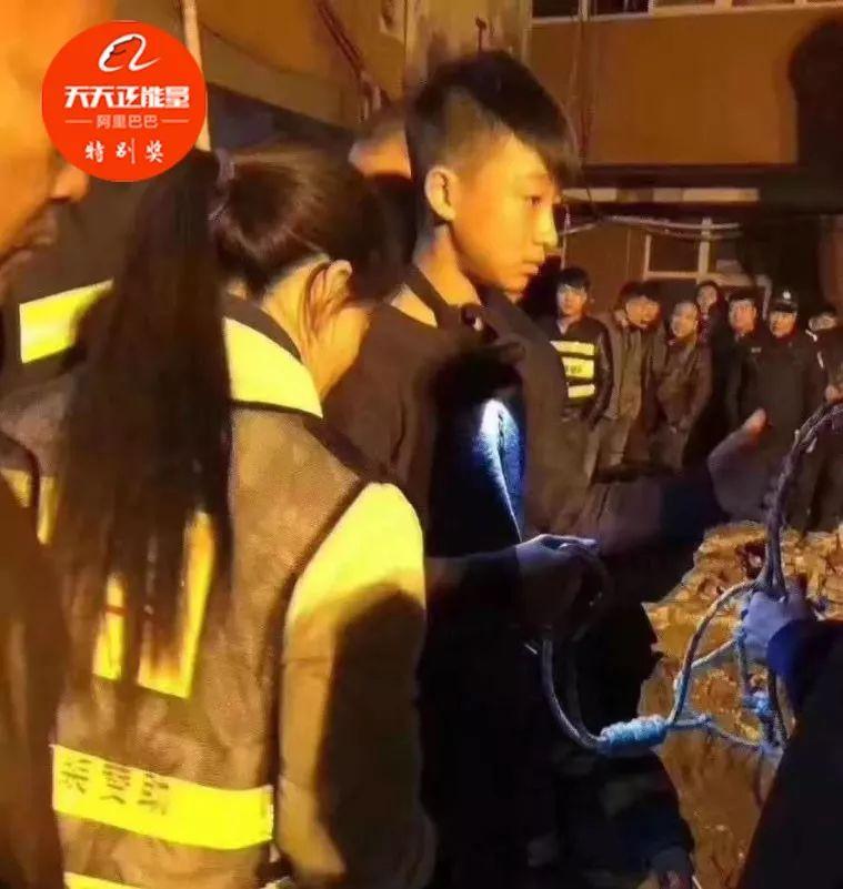 寒冬深夜 14岁男孩一次次倒挂深井救3岁女童|救援人员|救援