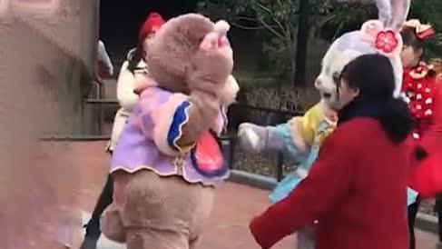 上海迪士尼再现游客拍打人偶:演员无大碍,警方已介入