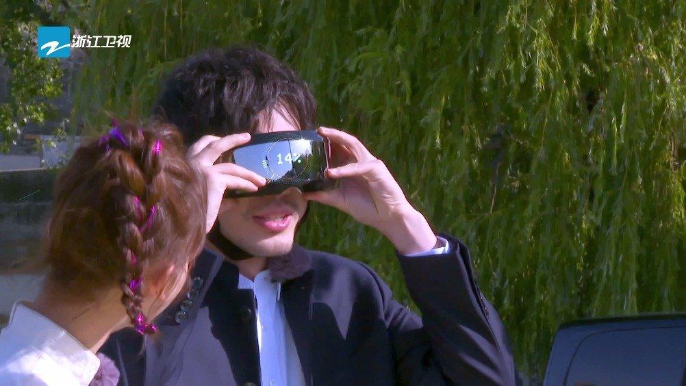 浙江卫视 调皮的白宇WHITE 看上了NPC的高科技眼镜