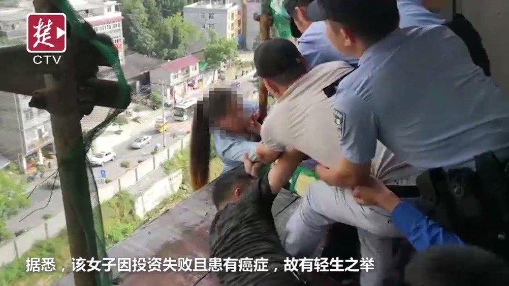 女子9楼脚手架轻生,跌落瞬间被民警飞身拉住!