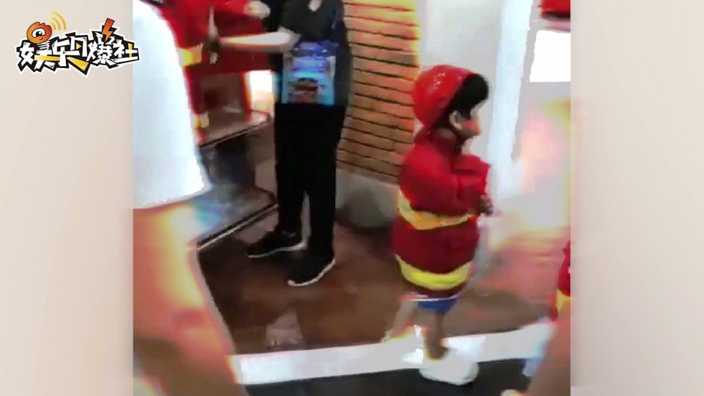 近日,有网友偶遇angelababy带着儿子小海绵出来玩