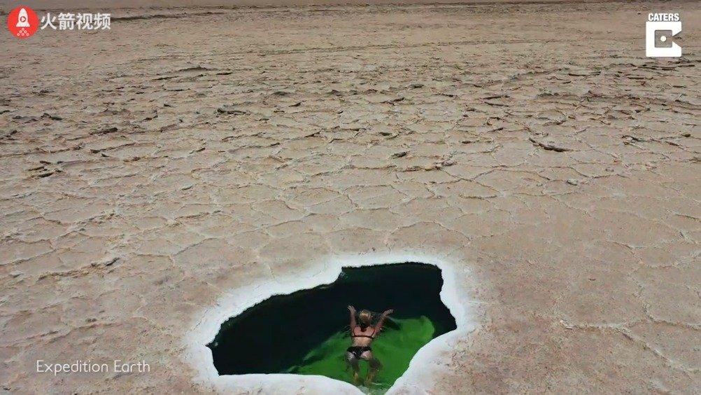 一对情侣在埃塞俄比亚的沙漠中发现的