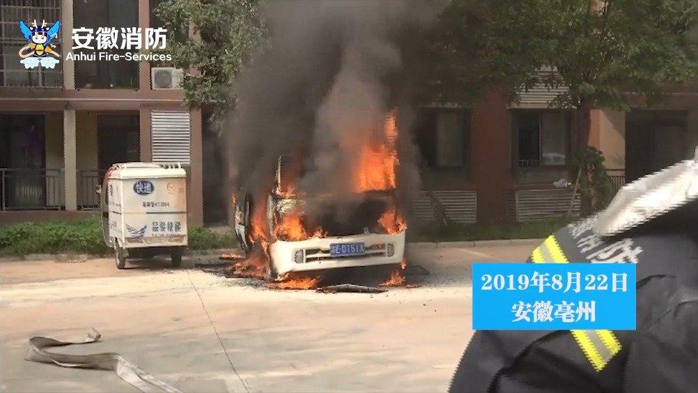 小区内面包车无故自燃 消防员紧急扑救