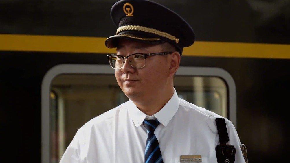 王莹是一名高铁列车长,她的爱人秦志涛在普速旅客列车上担任列车长