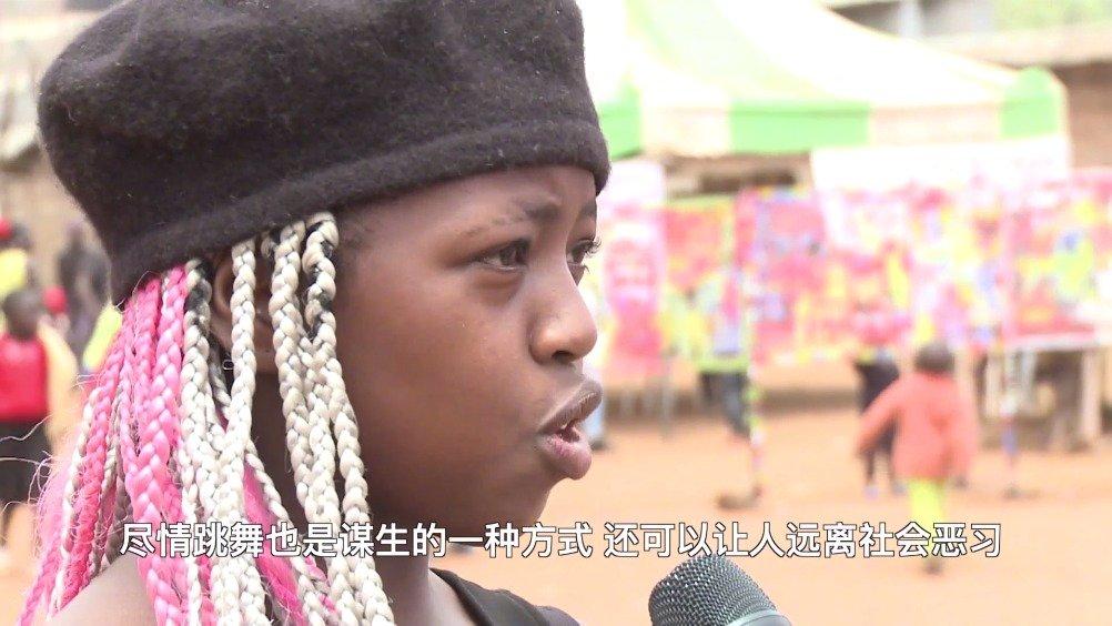 中国青年跑去非洲办足球赛,还把达人秀带到了贫民窟