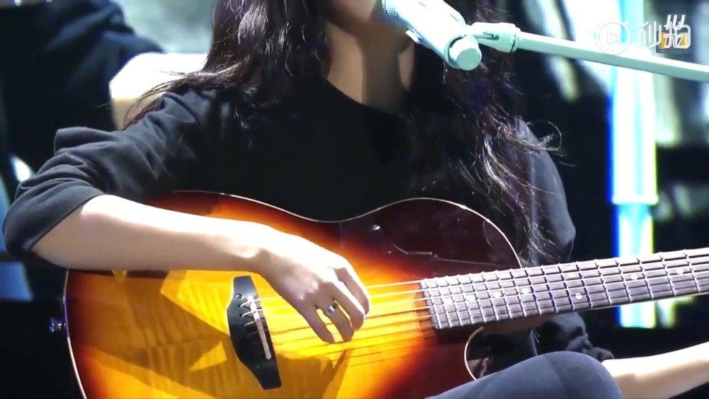 韩国女艺人IU 李知恩,演唱会上翻唱《宝贝》