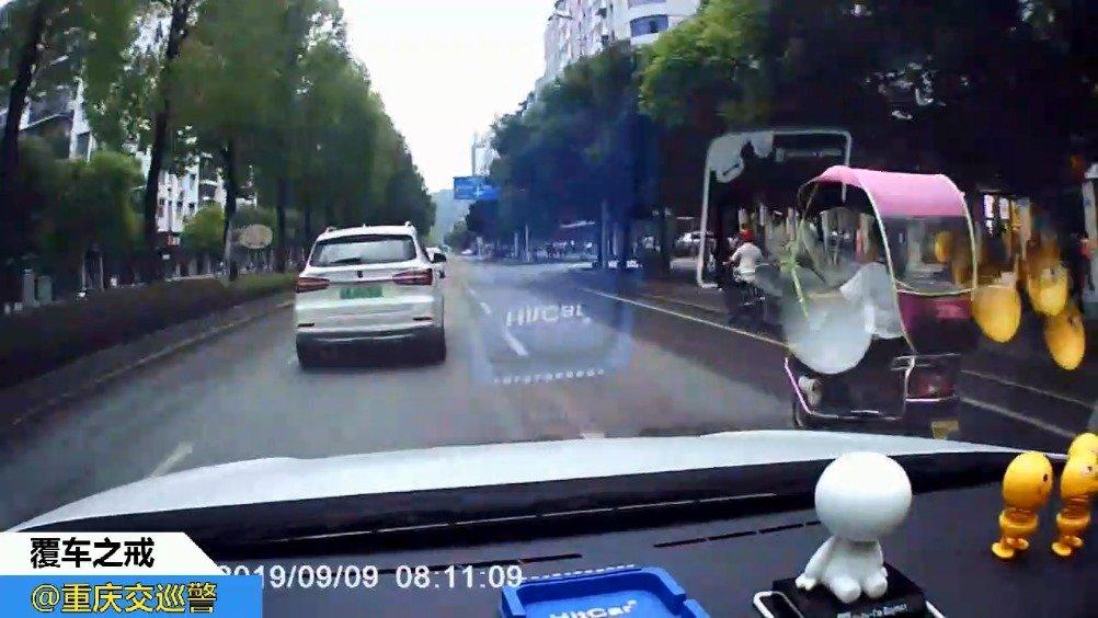 司机违法就会有危险还连累别人:在右转道直行撞倒两轮车