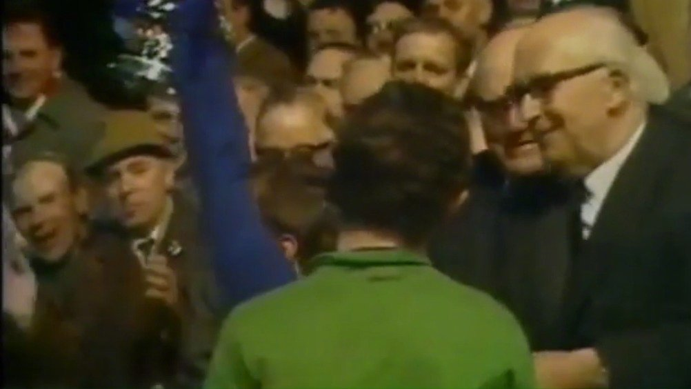 他从小加入切尔西青训营,在17岁带队获得青年足总杯后
