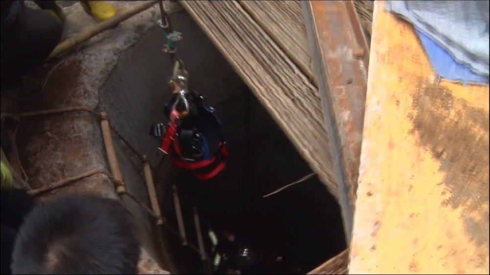 土石方垮塌工人被埋施工井中     多部门协作火速施救