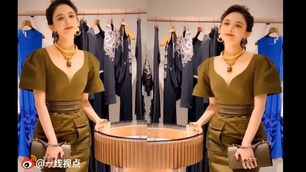 娜扎身着军装风绿色高腰裙出席某品牌开幕活动