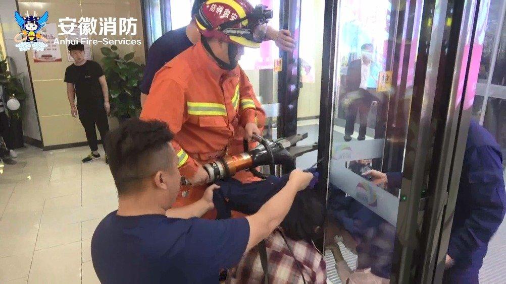 家长要小心!男童头卡玻璃门缝 消防快速救援