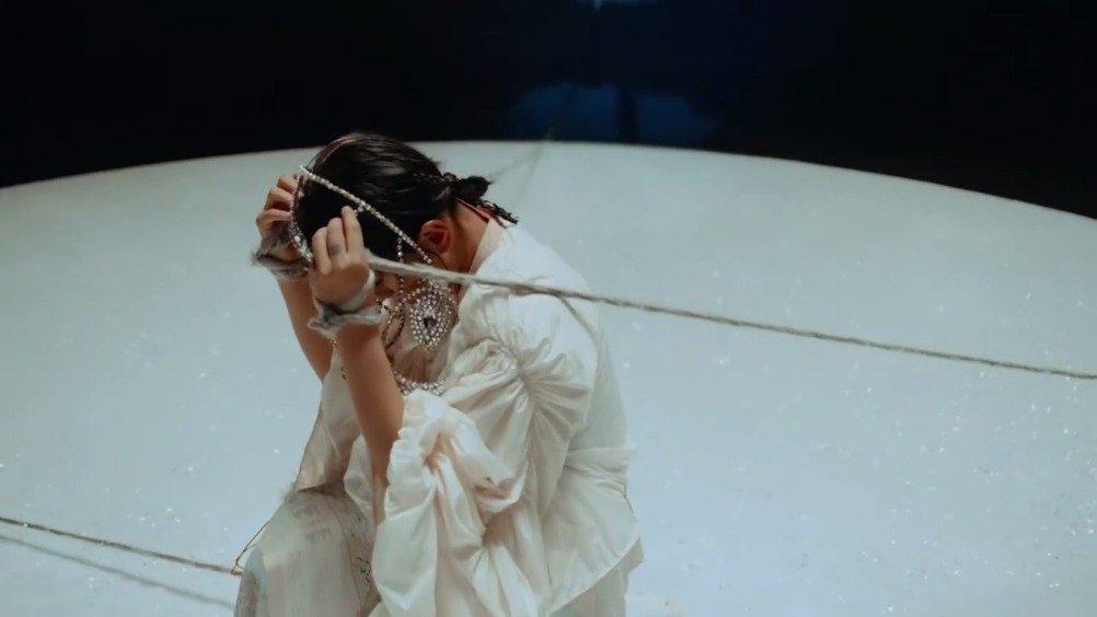 周笔畅个《女流》mv上线,mv十分抽象且具有艺术感