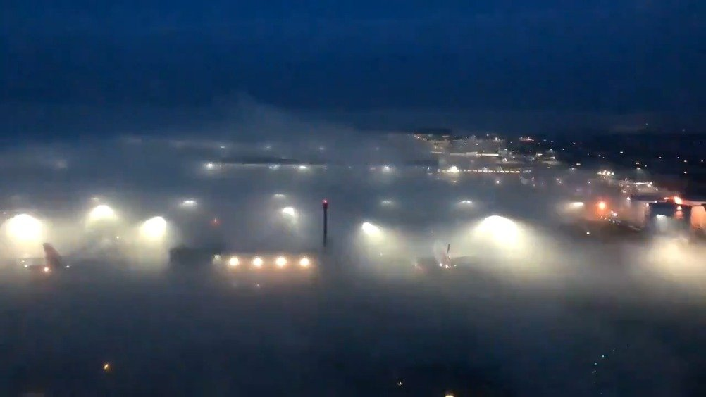 浓雾笼罩伦敦希思罗机场
