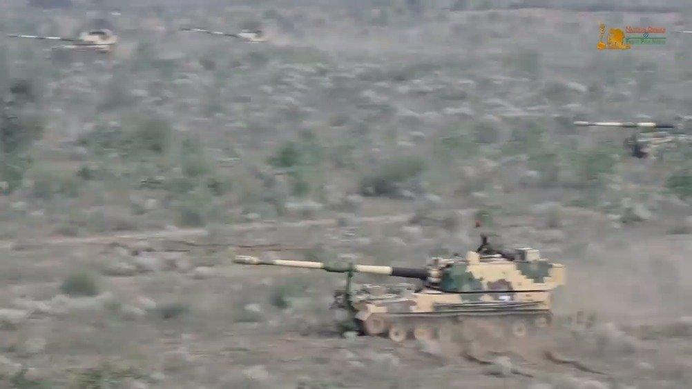 印军K9自行加榴炮连进行阵地转移