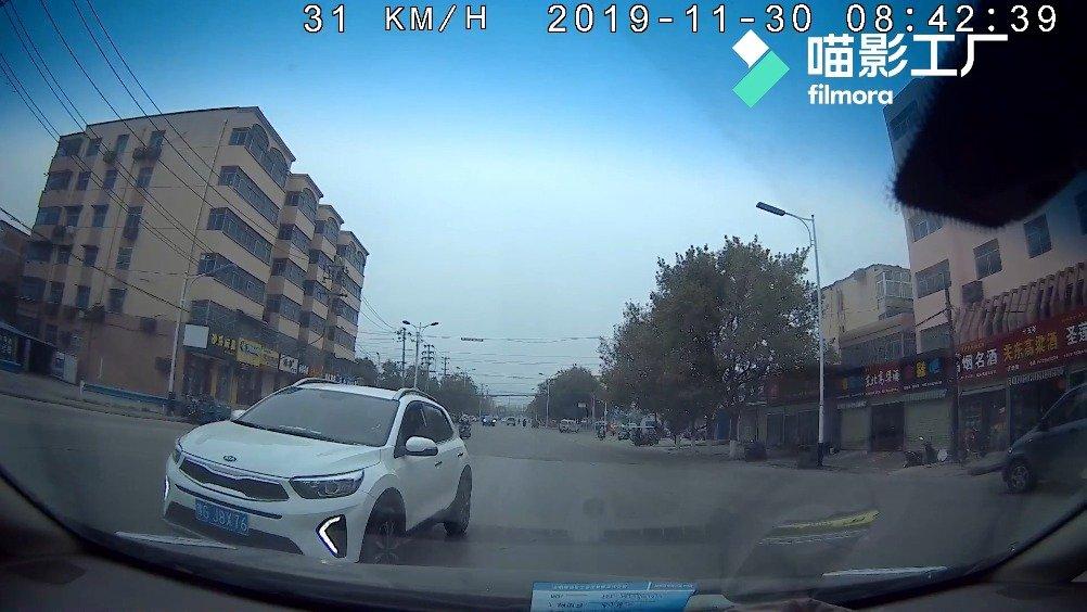 网友举报汽车逆行 交警及时查处