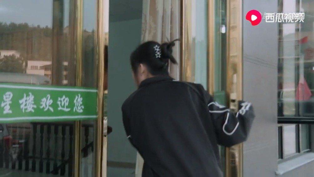 郭敬明带头整蛊踢馆嘉宾,邓恩熙出场被金靖来个下马威,变乖乖女