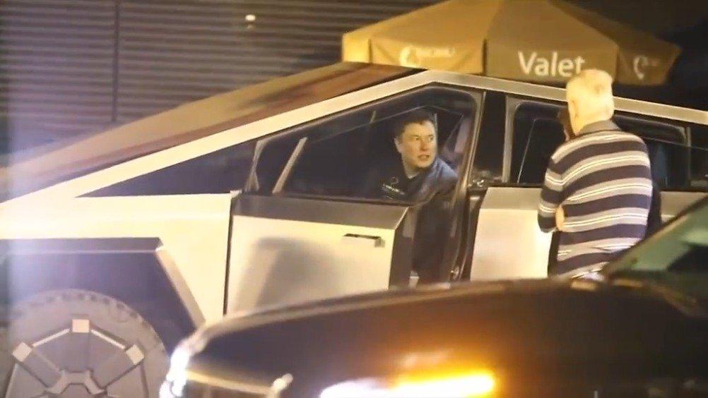 特斯拉CEO埃隆·马斯克驾驶特斯拉皮卡Cybertruck出街兜风!