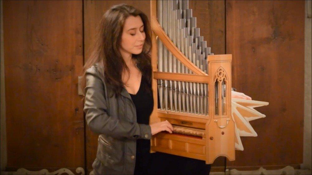 Catalina Vicens演奏中世纪便携式管风琴