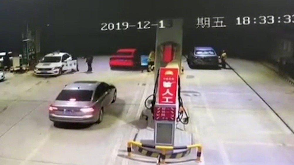 加油站内车辆突发自燃 工作人员6分钟化险为夷