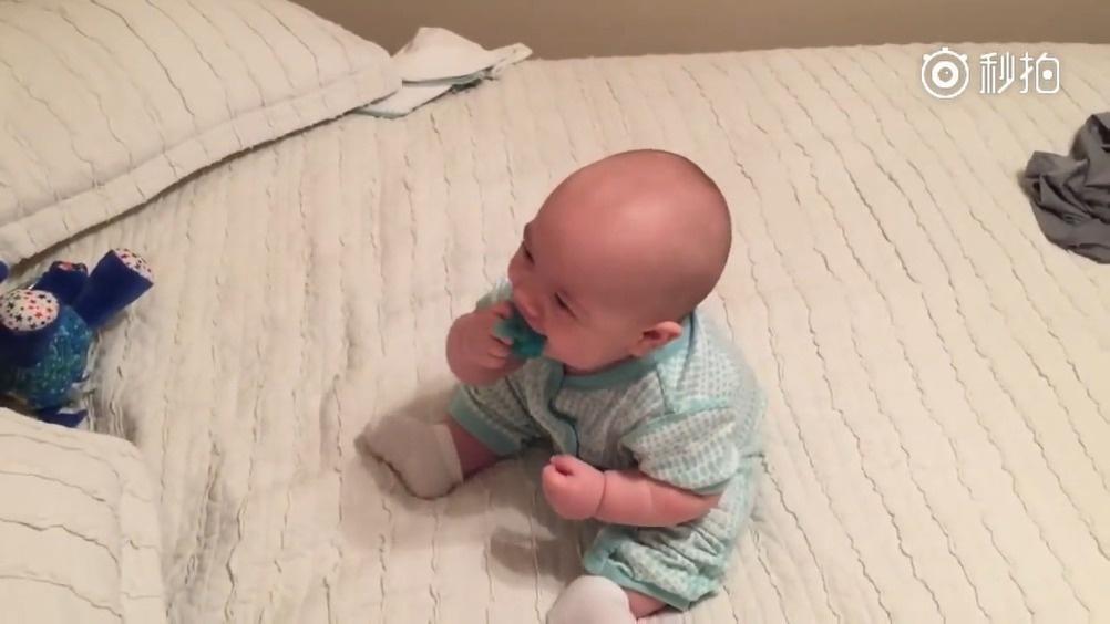 妈妈抢了小宝宝的奶嘴,宝宝的反应太可爱了!