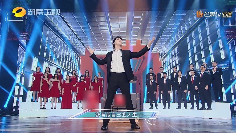 许魏洲搭档上海彩虹室内合唱团演唱《幸福的烦恼》