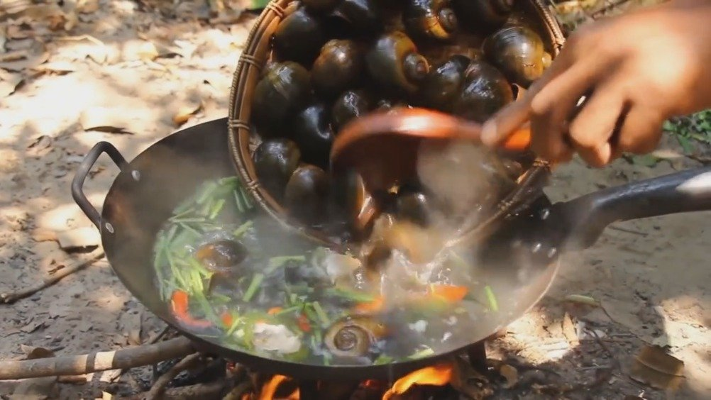 小伙用10斤猪骨熬汤,配5斤田螺下火锅,做法原始却汤鲜螺美,