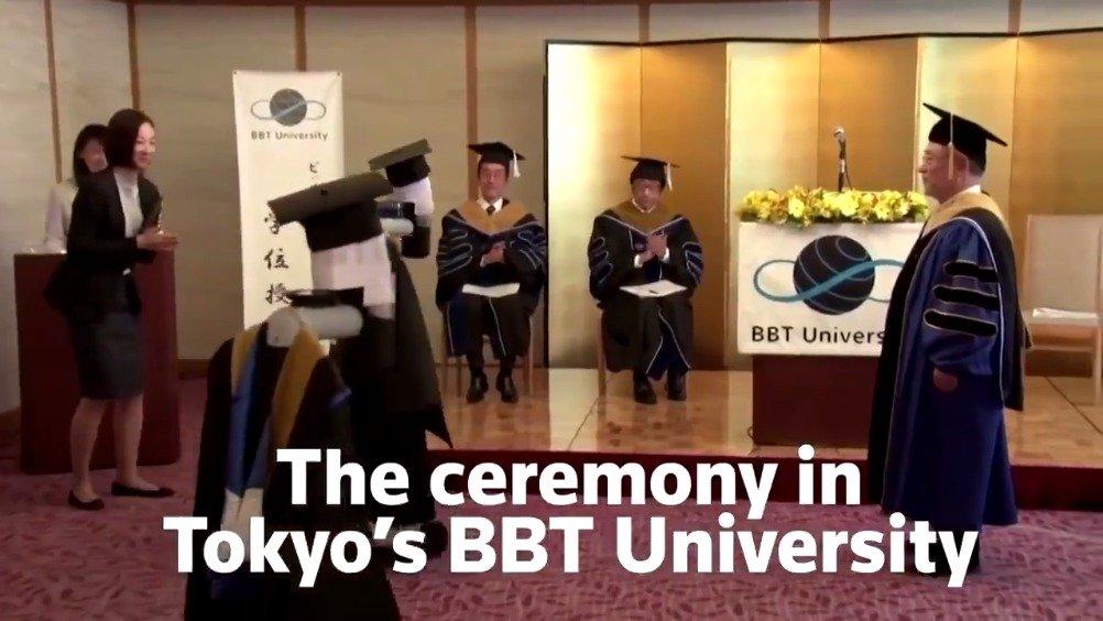 日本东京BBT大学的毕业典礼,学生在家里控制人脸机器人