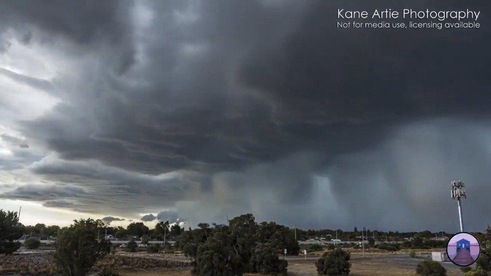 摄影师Kane Artie顶着巨大的风雨拍摄了极端天气的震撼一幕。[赞]