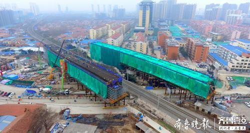 济宁王母阁路跨线桥工程涉铁段转体桥梁混凝土浇筑完成