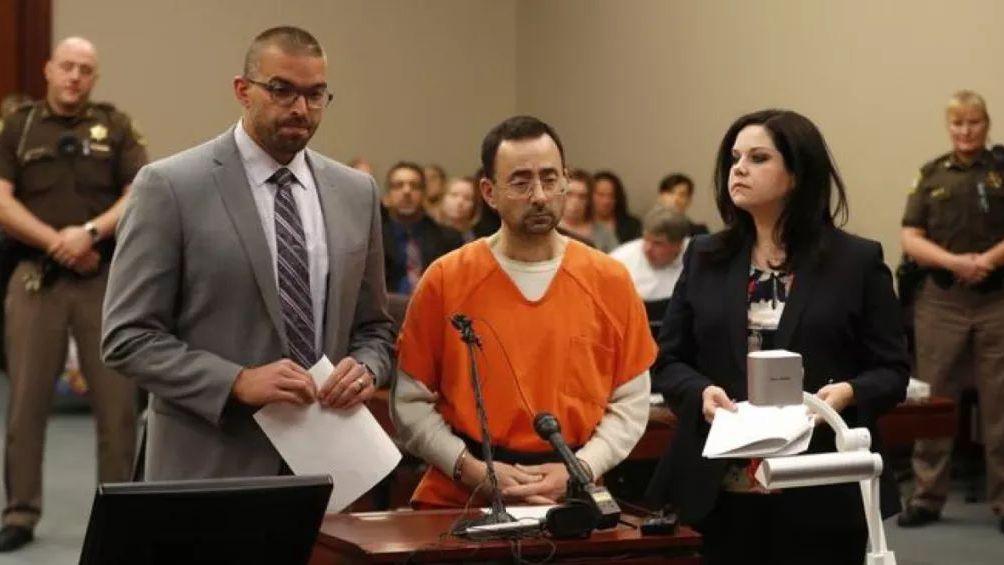 美国奥运体操队队医拉里·纳萨尔在法庭接受审判。
