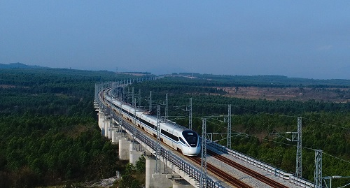 2018年3月7日,列车在海南环岛高铁西段棋子湾站附近行驶。 新华社记者杨冠宇摄