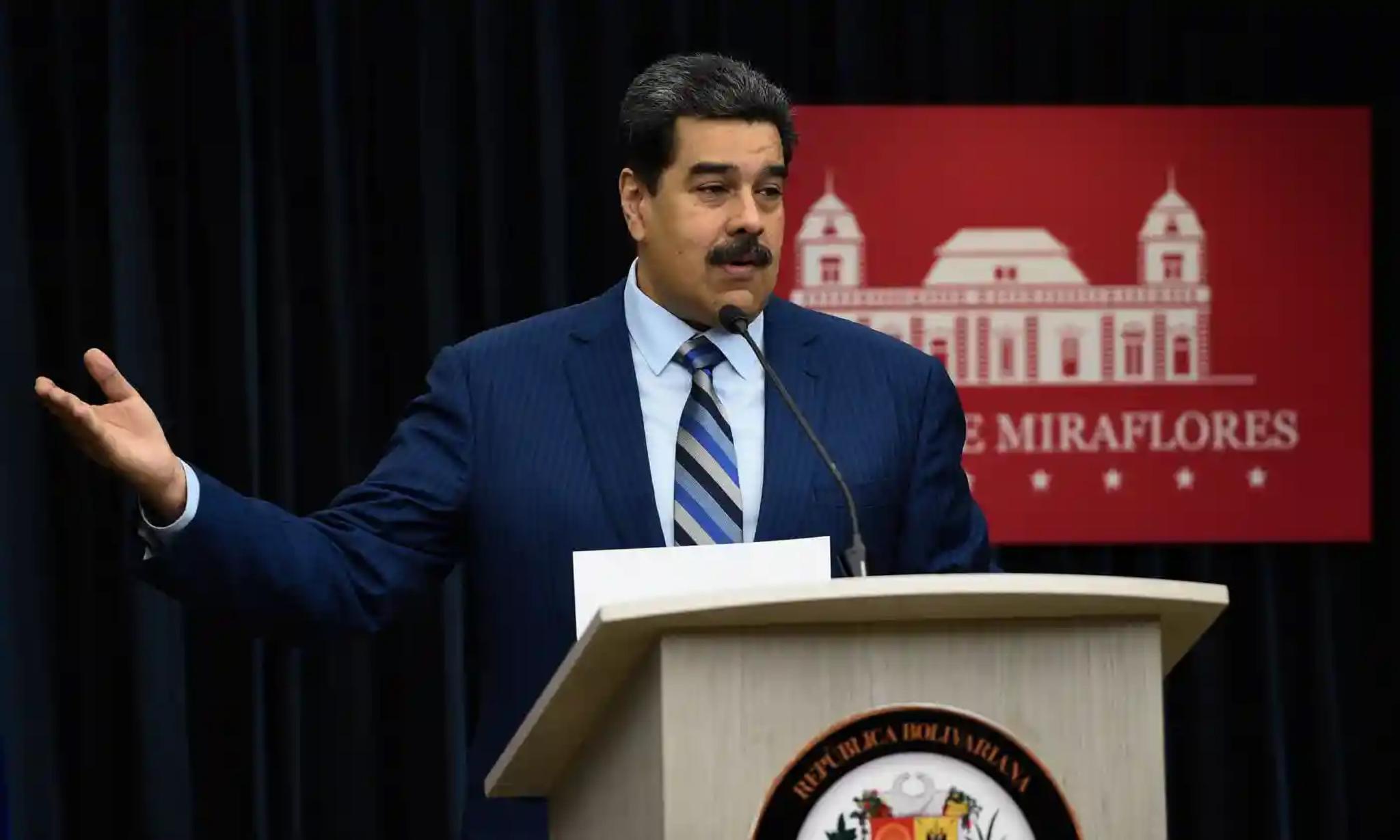 當地時間12日,馬杜羅在新聞發佈會上指責美國直接參與瞭試圖暗殺他的行動。圖源:法新社
