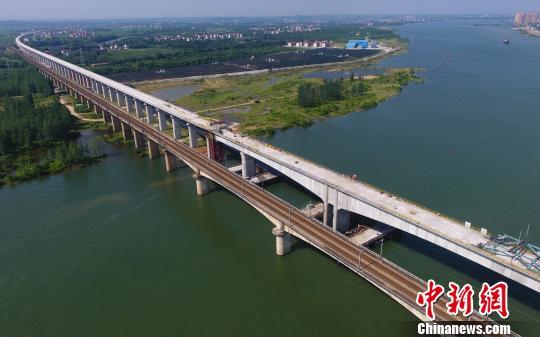 图为5月16日,无人机航拍下的昌赣高铁泰和赣江特大桥顺利合龙。 刘占昆 摄