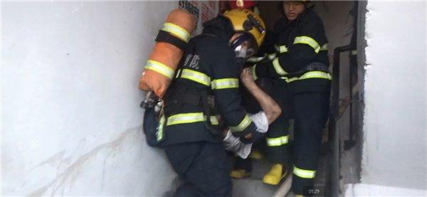 衡阳一廉租房起火,消防员火海中救出老人