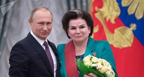 资料图片:俄总统普京接见世界上第一位女宇航员捷列什科娃。(图片来源:俄罗斯卫星网)
