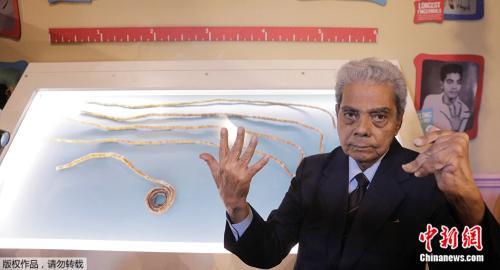 单手指甲最长的印度男人 留了66年后终于剪了(图)