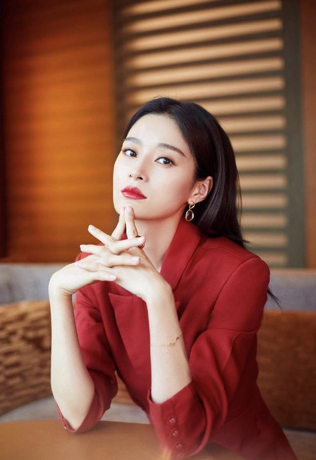 """35岁王媛可很有""""国际范"""",身穿大红色西服裙装,意外穿出高级感"""