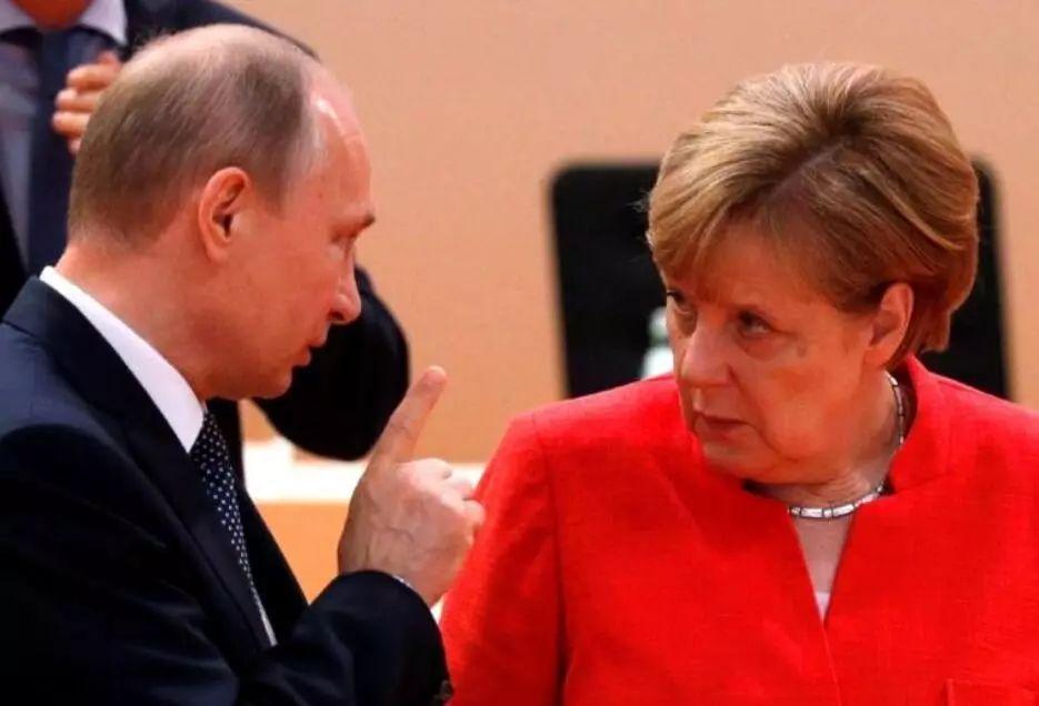 ▲普京11日与默克尔通了电话,图为2017年G20峰会期间两人举行会谈。(路透社)