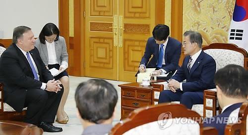 6月14日,在总统府,文在寅(右)与到访的蓬佩奥交谈。(韩联社)