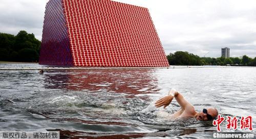 当地时间18日,英国伦敦海德公园一个全新大型装置艺术揭幕。