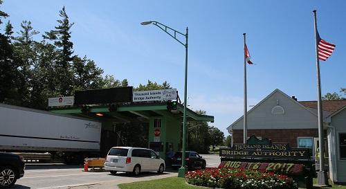 2017年8月16日,前往美国的车辆通过加拿大金斯顿的千岛大桥收费站。 新华社记者李保东摄