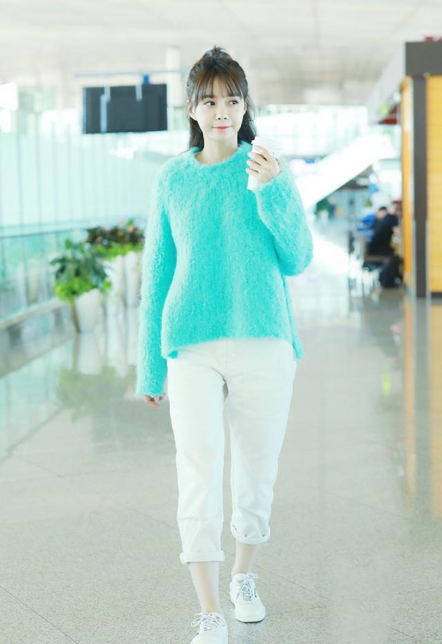 沈梦辰太会穿了,一袭青色针织衫配白色休闲裤,30岁成清新少女