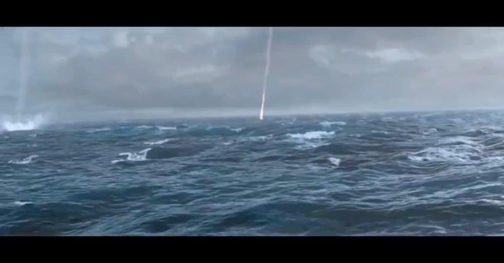 第一次看到原来驱逐舰是这样用反潜火箭炮打潜艇的
