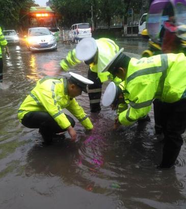 狂风暴雨突袭 垫江交巡民警上路抢险保畅
